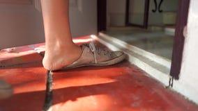 Kobiety zdejmują buty i działanie pokój zbiory wideo