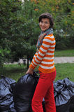 Kobiety zgromadzenia śmieci w parku Obraz Stock