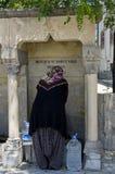 Kobiety zrywania woda od fontanny w Goreme, w Południowym Capp zdjęcia stock
