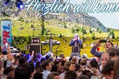 Koblenz Γερμανία 26 09 2018 ευθυμίες πλήθους στο γερμανικό τραγουδιστή mickie krause κατά τη διάρκεια της παραδοσιακής μουσικής κ στοκ φωτογραφία