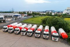 Koblenz ALEMANHA 21 07 2018 - Os caminhões do gás ou do óleo de ED Empresa estacionaram a entrega de espera da gasolina foto de stock royalty free