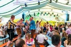 Koblenz Alemanha -26 09 2018 povos party em Oktoberfest em Europa durante uma cena típica da barraca da cerveja do concerto imagens de stock