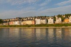 Koblenz badade det bostads- området på Rhen i eftermiddagljus Royaltyfria Bilder