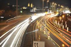 14 11 Koblenz 2011 Deutschland - Auto beleuchtet auf deutsche LandstraßenBaustelle-Zeichennachtlangem Belichtungsfoto des Verkehr Lizenzfreie Stockfotos