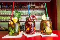 Koblenz, Deutschland 03 04 18 frische süße Früchte selbst gemachten Limonadeneistee bunten icetea Getränks prägen Glas mit Stroh Stockbild