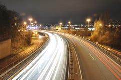14 11 2011 Koblenz Duitsland - de Autolichten op Duitse de tekensnacht van de wegbouwwerf snakken blootstellingsfoto van verkeer Royalty-vrije Stock Foto