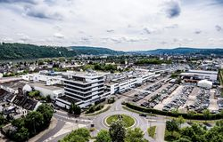 Koblenz Duitsland 09 07 2017 kan de Luchtmening van het hoofdkwartier en de fabriek van Stabilus in Koblenz u fabrieksgebouwen oo Stock Afbeeldingen