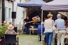 Koblenz Rheinland-Pfalz, Tyskland, Juni 10, 2018: En grupp av äldre folk som tycker om konserten för levande musik på gatan Royaltyfri Fotografi