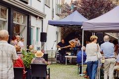 Koblenz Rheinland-Pfalz, Tyskland, Juni 10, 2018: En grupp av äldre folk som tycker om konserten för levande musik på gatan Arkivfoto