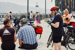 Koblenz, Rijnland-Pfalz, Duitsland, 10 Juni, 2018: Een groep bejaarde mensen rust na het berijden van de fietsen royalty-vrije stock fotografie