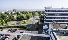 Koblenz Tyskland 09 07 2017 flyg- sikt av den Stabilus högkvarteret och fabriken i Koblenz kan du också se fabriksbyggnader Royaltyfria Bilder