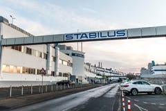 Koblenz Tyskland 09 07 sikt 2017 av den Stabilus högkvarteret och fabriken i Koblenz kan du också se fabriksbyggnader Royaltyfria Foton