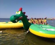 KOBLEVO, turistas en el barco de plátano imagen de archivo libre de regalías