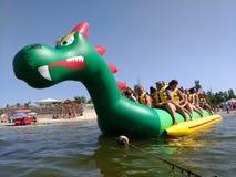 KOBLEVO, turistas no barco de banana foto de stock royalty free