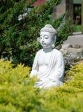Koblevo, Ucraina 06 12 2018: statua bianca di un Buddha di seduta nel corso della meditazione dentro Fotografie Stock