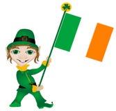 Kobold, der irische Markierungsfahne anhält Lizenzfreie Stockfotos