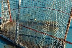Kobold hielt die Torlinie an der Rollenhockeyeisbahn kurz davor an lizenzfreies stockbild