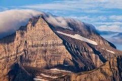 Koc chmury zakrywa halnego szczyt w lodowa parku narodowym, Montana obraz stock