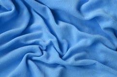 Koc owłosiona błękitna runo tkanina Tło bławy miękki pluszowy runo materiał z mnóstwo reliefowymi fałdami obraz royalty free
