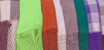 Koc robić kolorowe tkaniny w ulicznej sprzedaży Fotografia Royalty Free