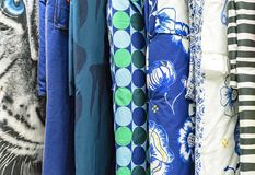 Koc z barwionymi duvet pokrywami w sklepowym okno zdjęcia stock