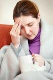 koc zakrywająca domowa chora kobieta obraz stock