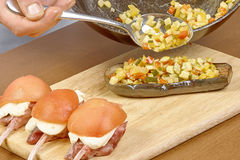 Koch angefüllter Auberginenprozeß des Kochens Stockbilder