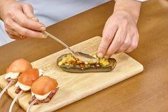Koch angefüllter Auberginenprozeß des Kochens Stockfotos