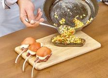 Koch angefüllter Auberginenprozeß des Kochens Stockfotografie