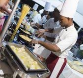 Koch bei der Arbeit Stockfoto