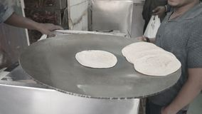 Koch bereitet Chapati zu stock footage