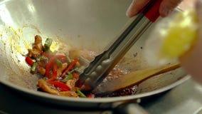 Koch bereitet Frischgemüse mit Garnelen in einer Bratpfanne vor, dann trennt Garnele stock video footage