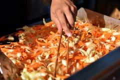 Koch bereitet gebratenes Gemüse vor Stockbilder