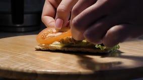 Koch, der diätetisches Sandwich für gesunde Nahrung zubereitet stock video footage