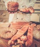 Koch, der selbst gemachte Backwaren hält Stockfoto