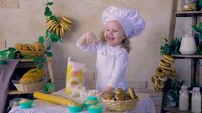 Koch des kleinen Mädchens, der den Spaß spielt mit Teig in der Küchendekoration hat stock video footage