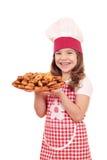 Koch des kleinen Mädchens mit bruschette Stockfotografie