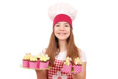 Koch des kleinen Mädchens mit Muffins Lizenzfreies Stockfoto