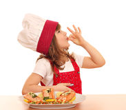 Koch des kleinen Mädchens mit okayzeichen und Lachse auf Teller Stockbilder