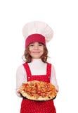 Koch des kleinen Mädchens mit Pizza Lizenzfreie Stockfotografie