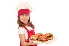 Koch des kleinen Mädchens mit Sandwichen Lizenzfreie Stockfotos