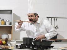 Koch in einer Küche stockfoto