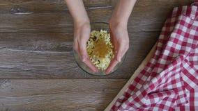 Koch fügt Eier dem Salat hinzu stock video