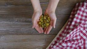 Koch fügt Gurke einem Salat hinzu stock footage