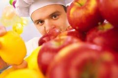 Koch hält Zitrone in der Hand an Lizenzfreies Stockfoto