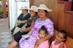 Koch-Islanders-Frauen beten am Koch Islands Christian Church Avaru Stockbilder