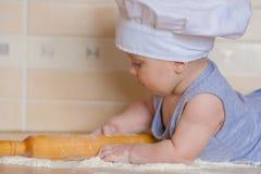 Koch ist in einer Haube jung fein lizenzfreie stockfotografie