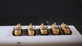 Koch leicht verziert mit frisch gebackenen Eclairs unter Verwendung der Meringe Konditor machen geschickt ein kulinarisches Meist lizenzfreies stockfoto