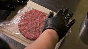 Koch macht Fleischmedaillons für Burger Chef in den schwarzen Lebensmittelhandschuhen macht Kotelett Koteletts werden im Stahlrin stock video footage