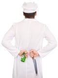 Koch mit Messer und grüner Flasche Lizenzfreies Stockfoto